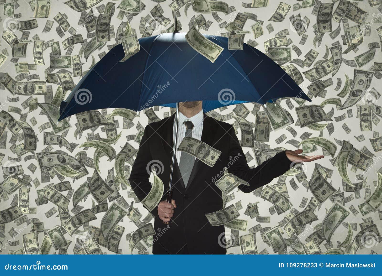 Я не вижу никакой кризис, дождь денег, бизнесмена под зонтиком