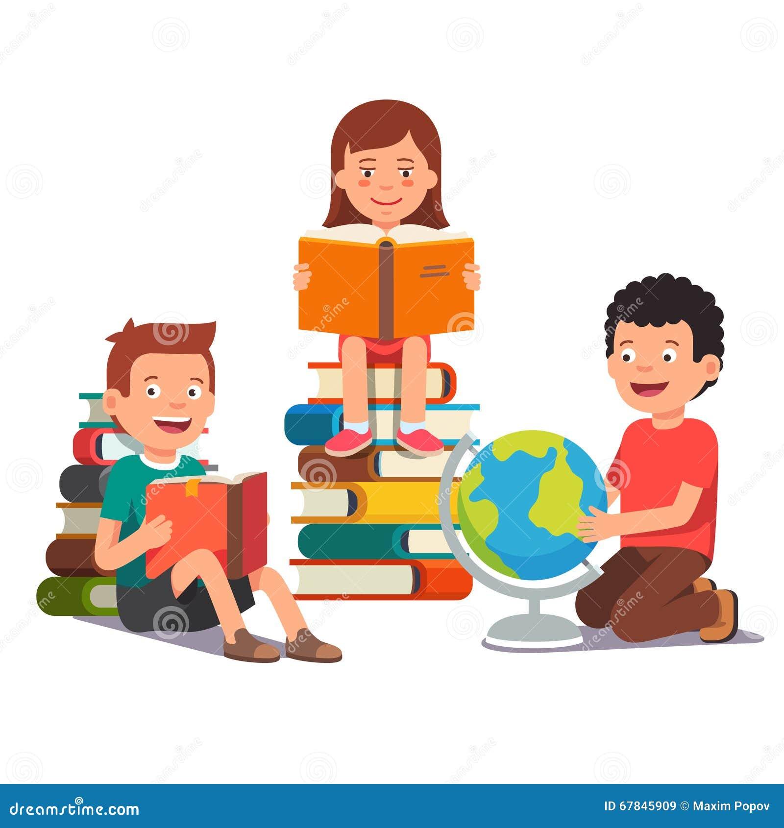 学会小组的孩子一起学习和 男孩和女孩阅读书和做家庭作业 在白色背景图片