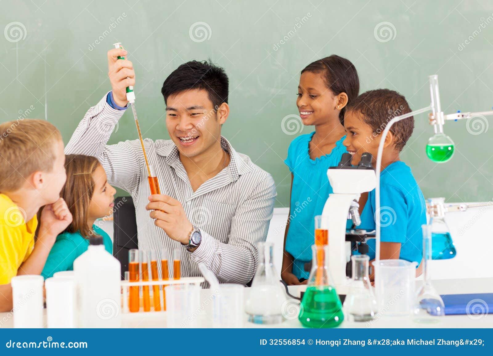 小学展示科学实验的理科教员