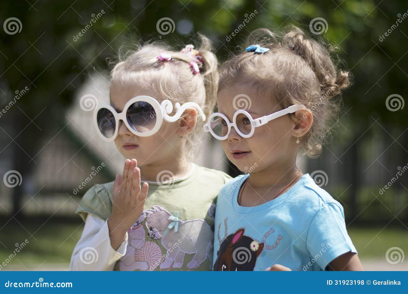 戴眼镜的两个小女孩