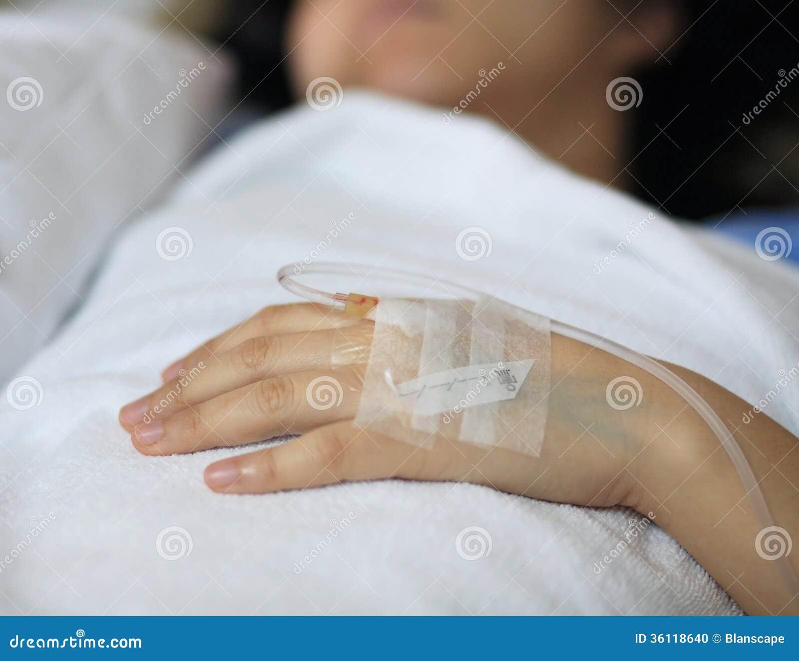 一名女性患者的手在有iv的医院
