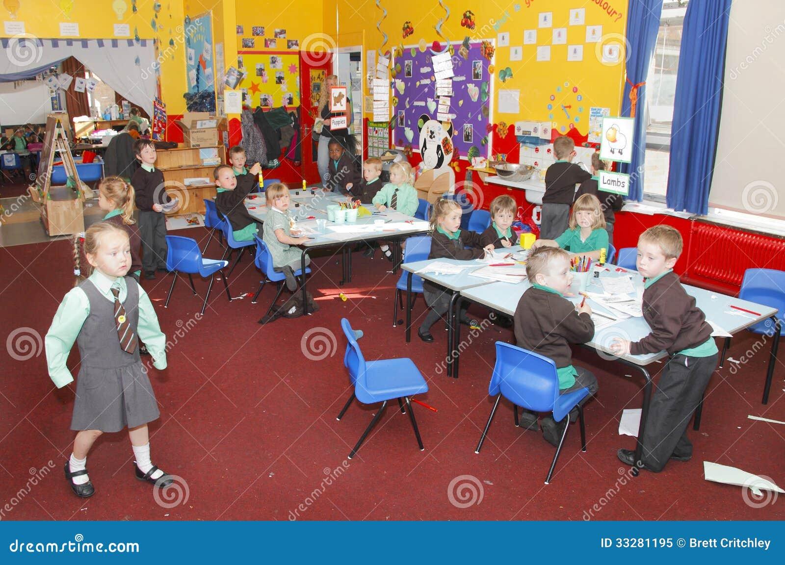 有小学生的英国幼儿学校教室.图片