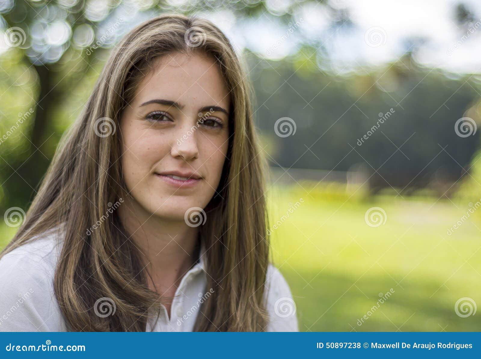 有长头发微笑的自然女孩 库存照片 - 图片: 50897238图片