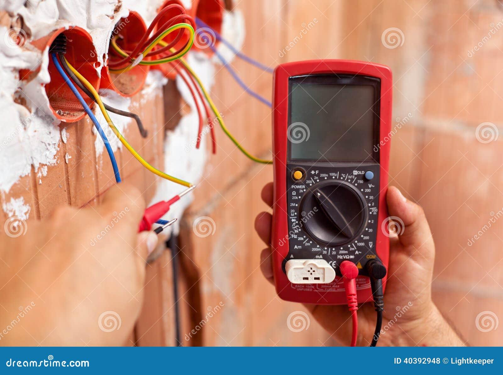 有多用电表和导线的电工手