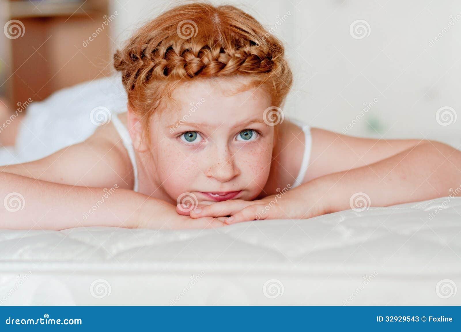 有红色头发的小女孩在一件白色礼服图片