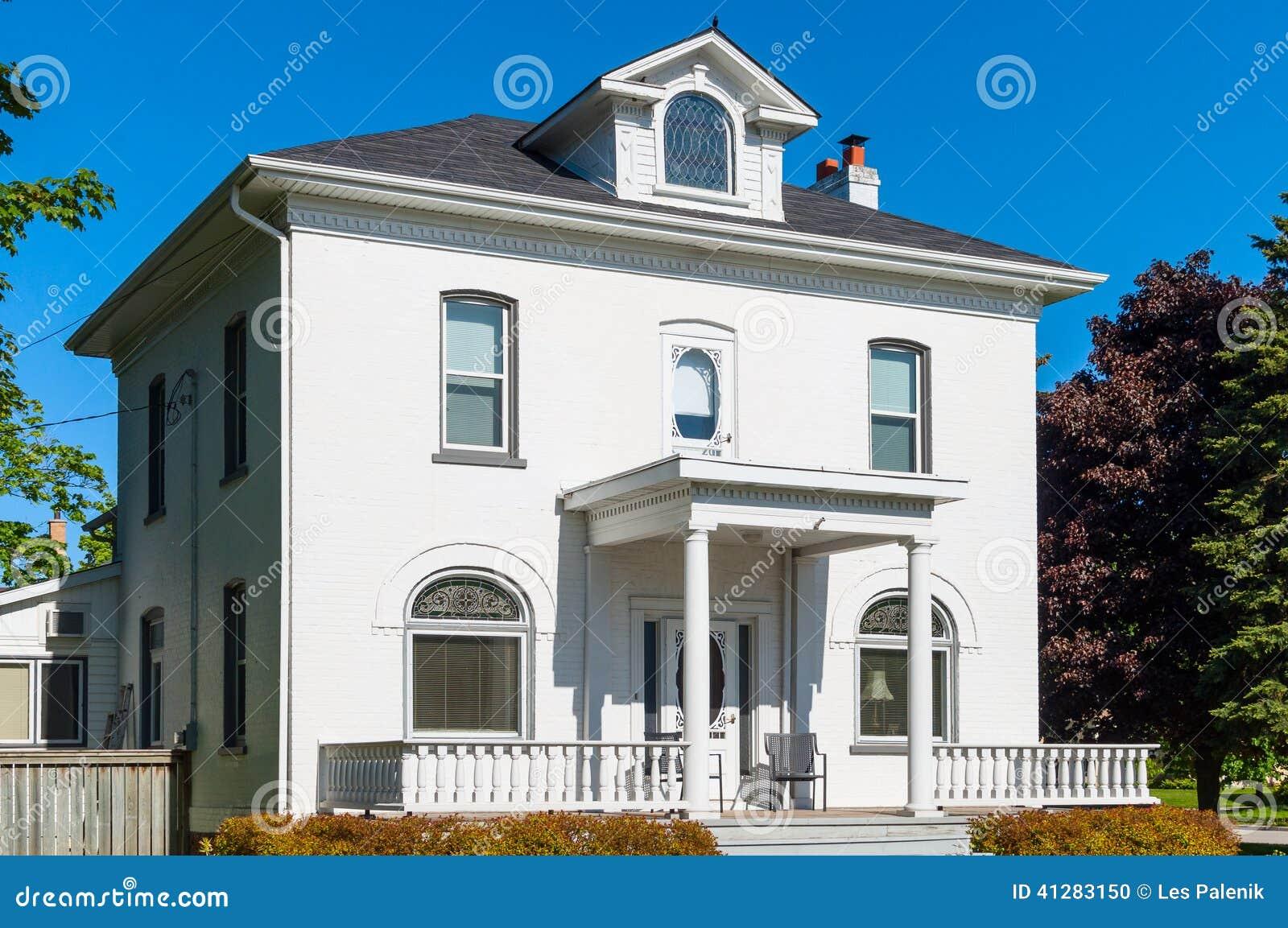 有楼梯栏杆的白色房子