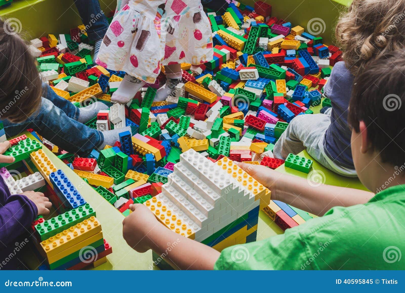 与乐高砖的儿童游戏在米兰