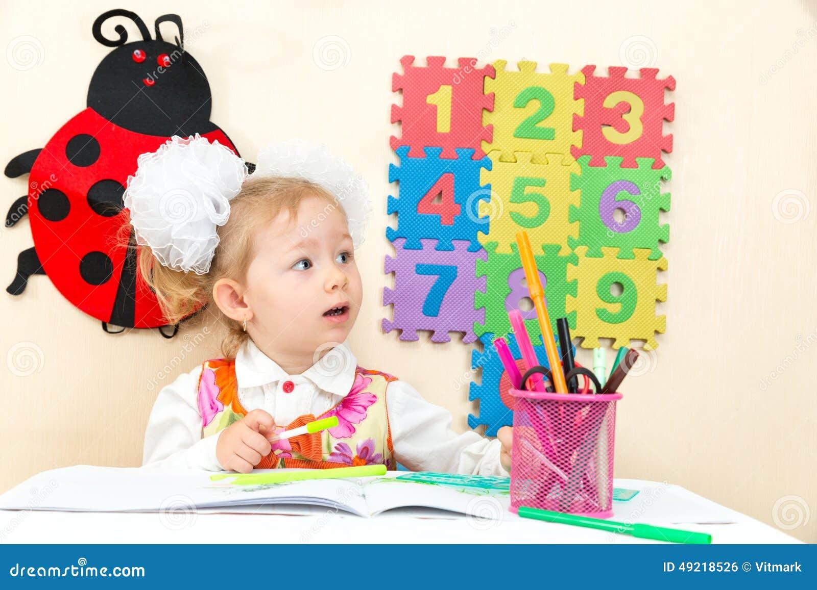 爱的儿童女孩图画在桌上在