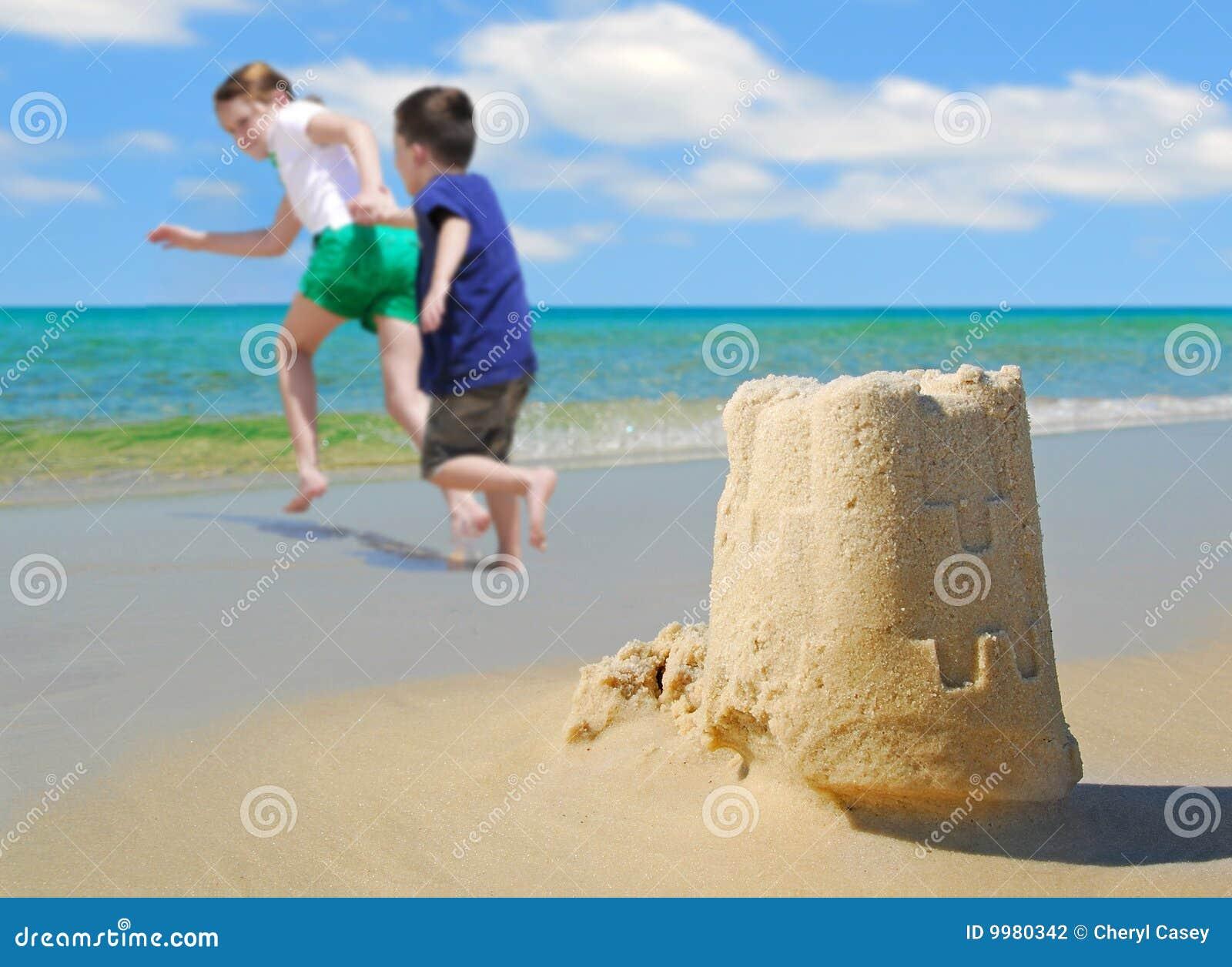 海滩城堡儿童愉快的连续沙子