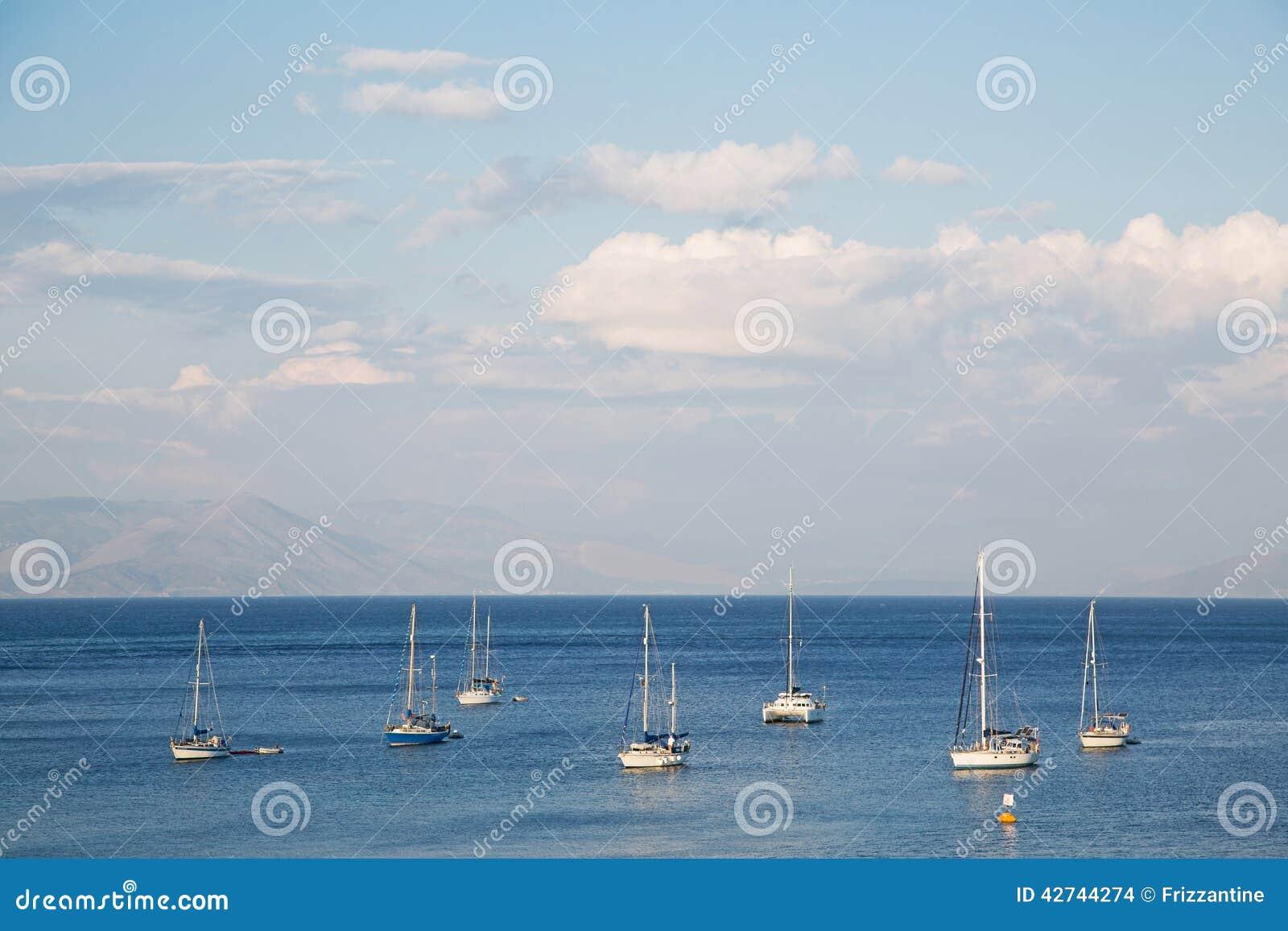 在海洋的大海和天空背景有帆船的
