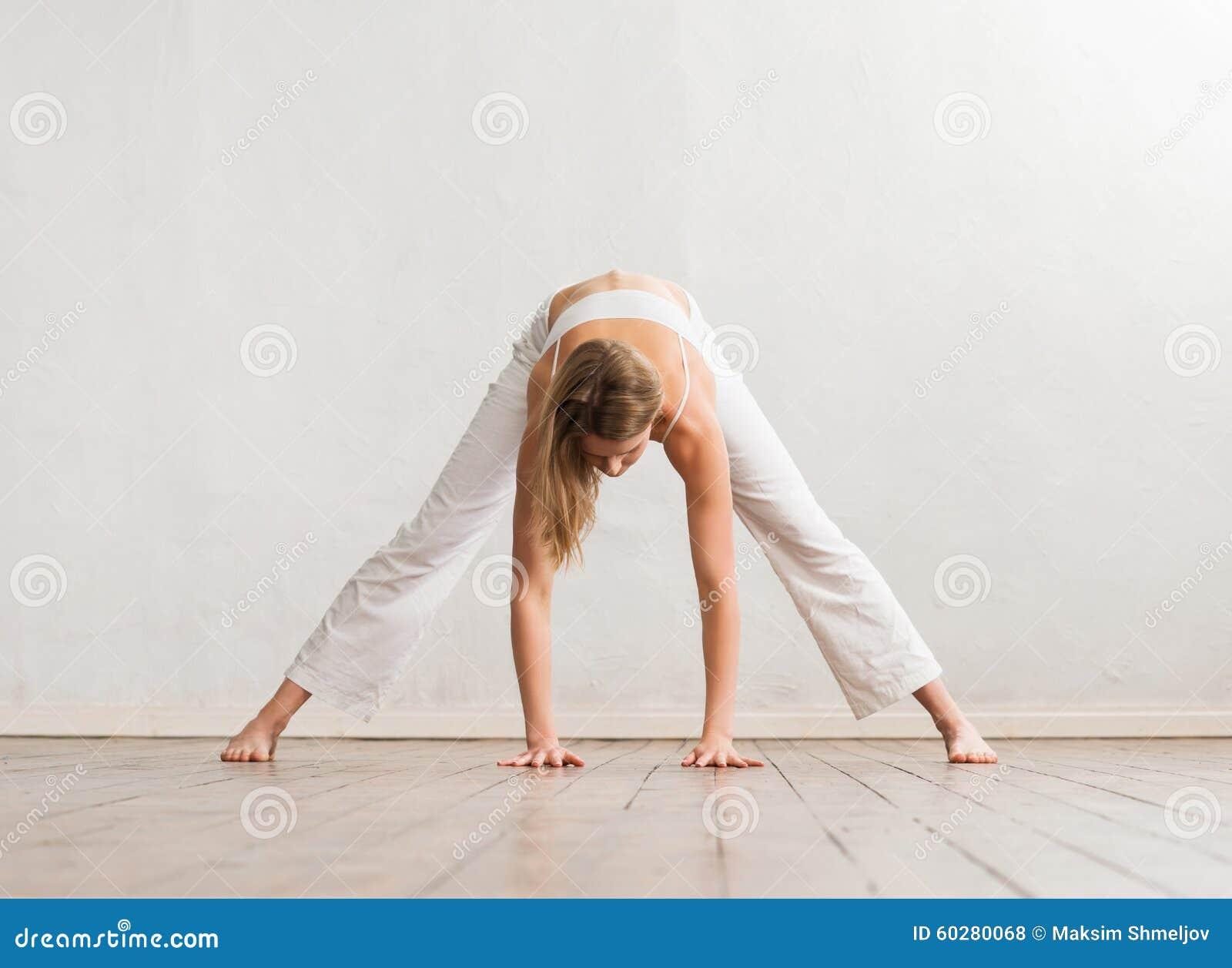 在健身房的年轻和运动的女孩训练
