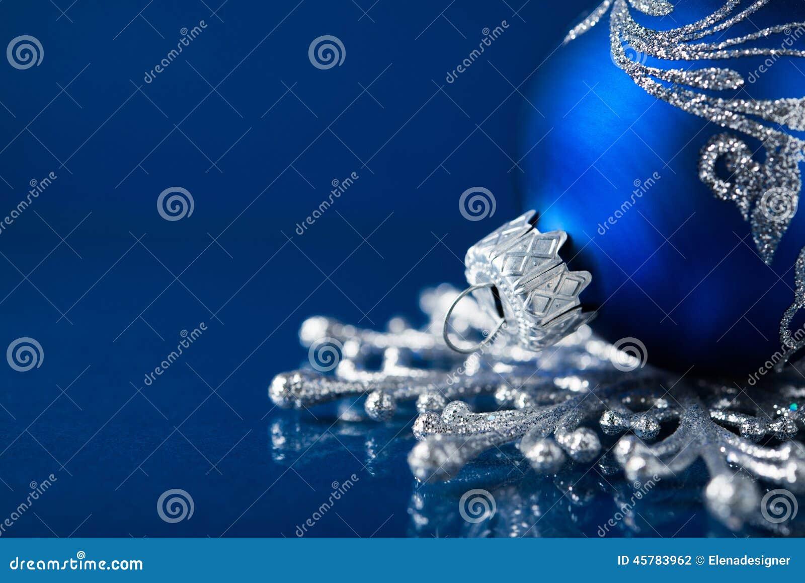 在深蓝背景的蓝色和银色圣诞节装饰品