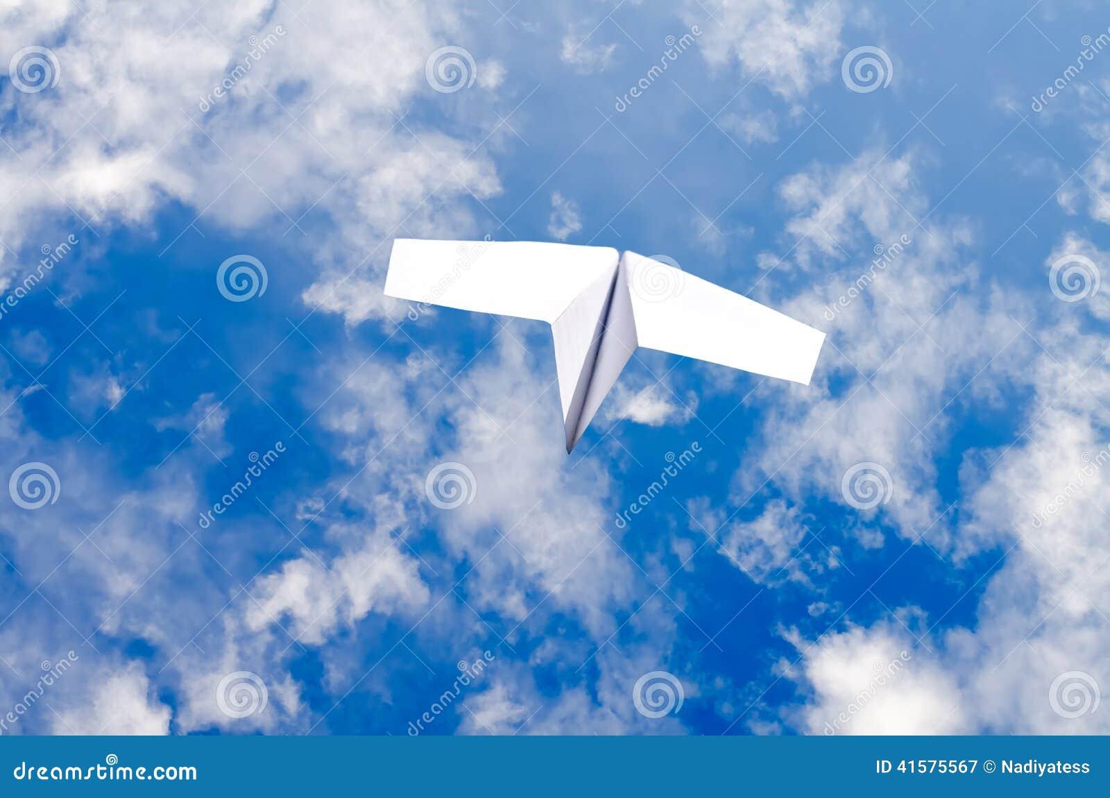 在天空的纸飞机 库存例证