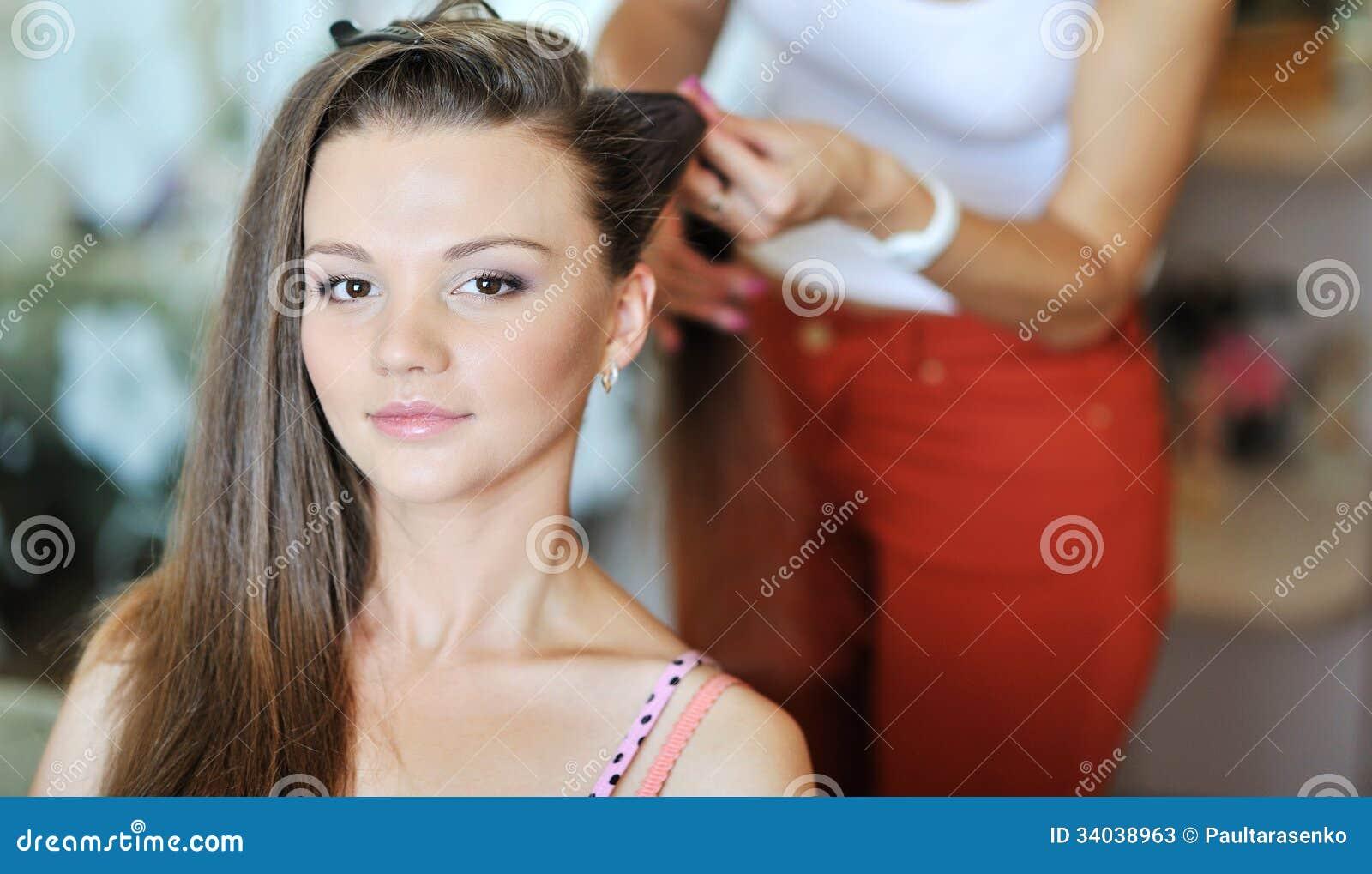 做发型的少妇由美发师艺术家