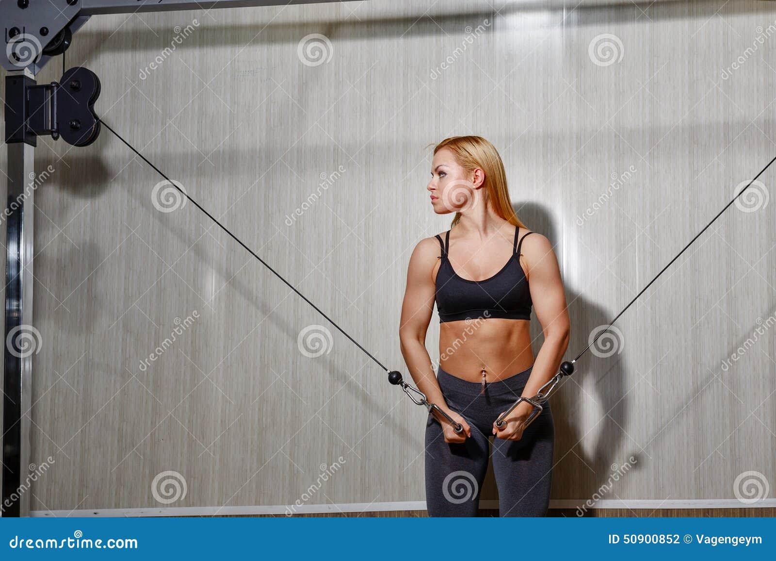 做在健身房的女孩锻炼