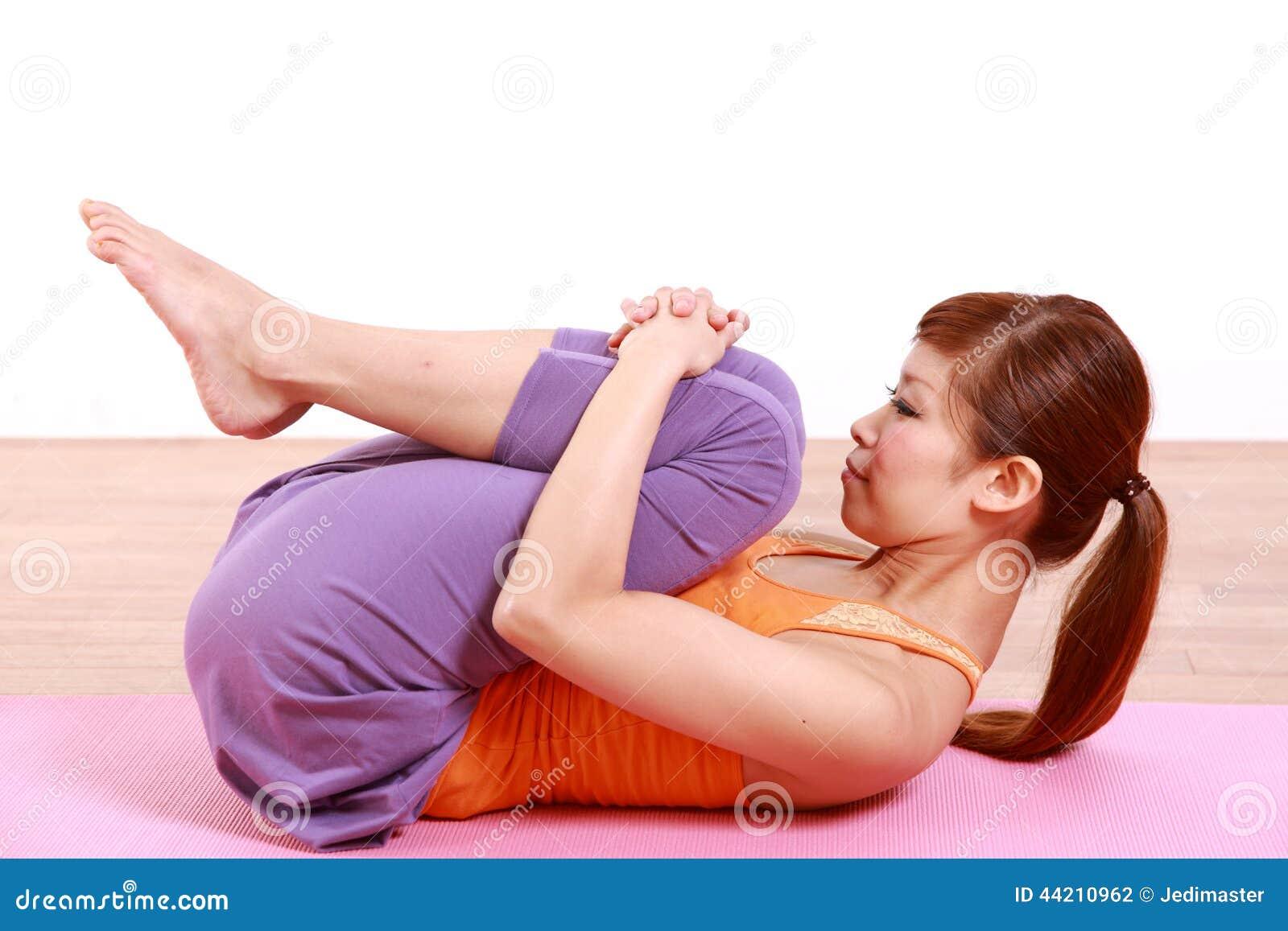 做瑜伽风的年轻日本妇女解除姿势