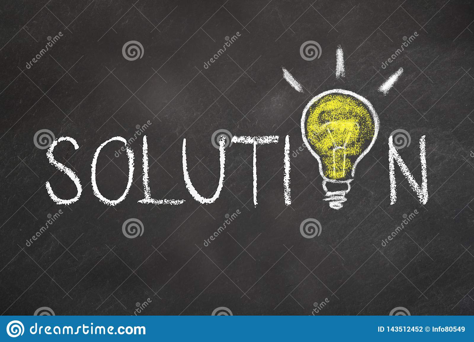 '与一个想法电灯泡的解答'文本在粉笔板
