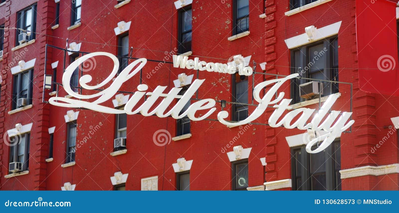 'Boa vinda sinal a Itália pequeno 'na comunidade italiana nomeada Pequeno Itália em Manhattan do centro, New York City