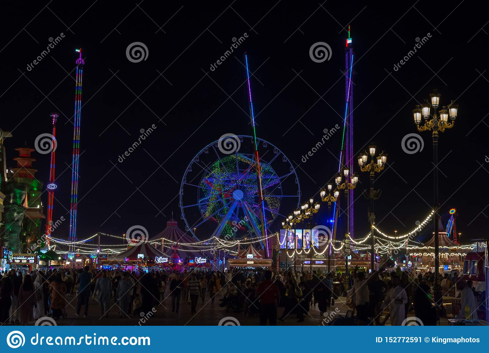 'Dubai, Dubai/United Arab Emirates - 4/9/2019: Atracción turística del pueblo global en Dubai que representa tiendas globales y l