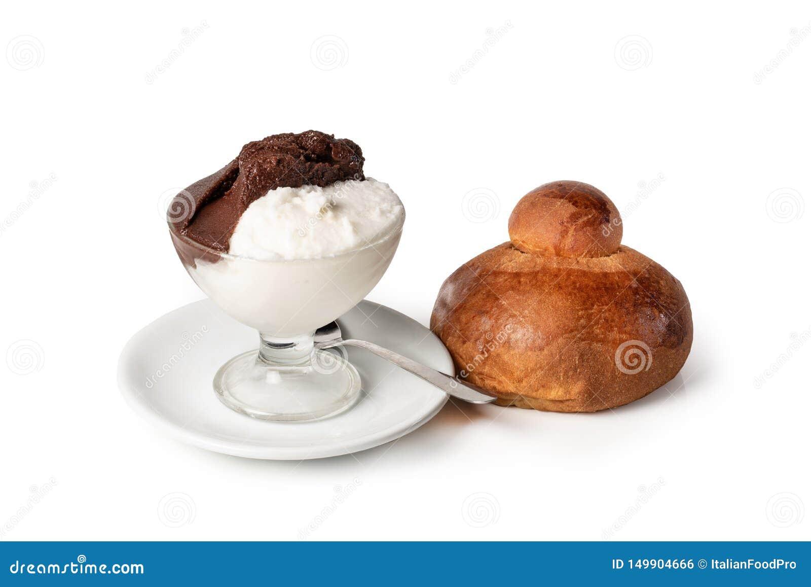 'Granita siciliano 'del sabor de la almendra y del chocolate, en el fondo blanco