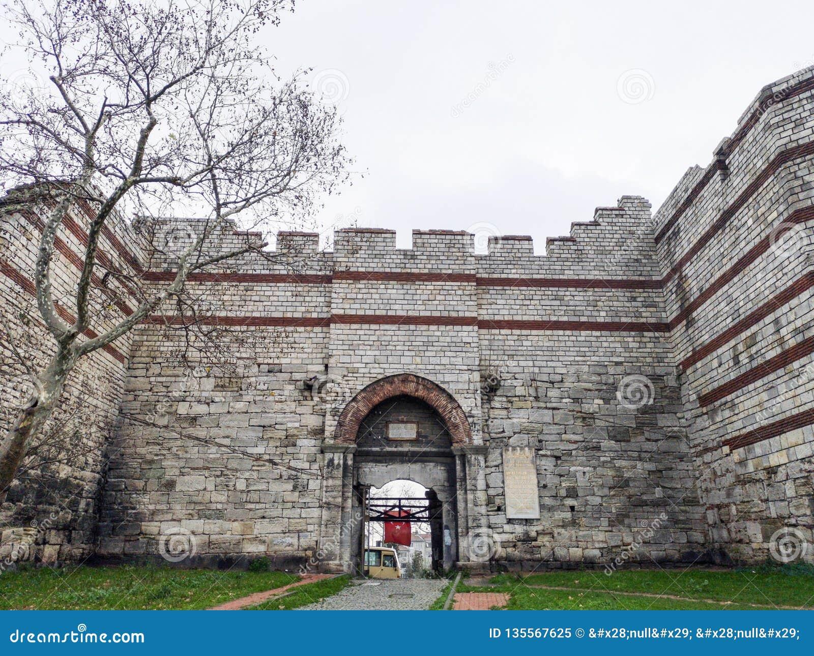 'Puerta de Mermerkule 'en el camino de la costa en Yedikule, 'puerta del palacio de Bukoleon 'abierta en el palacio bizantino,