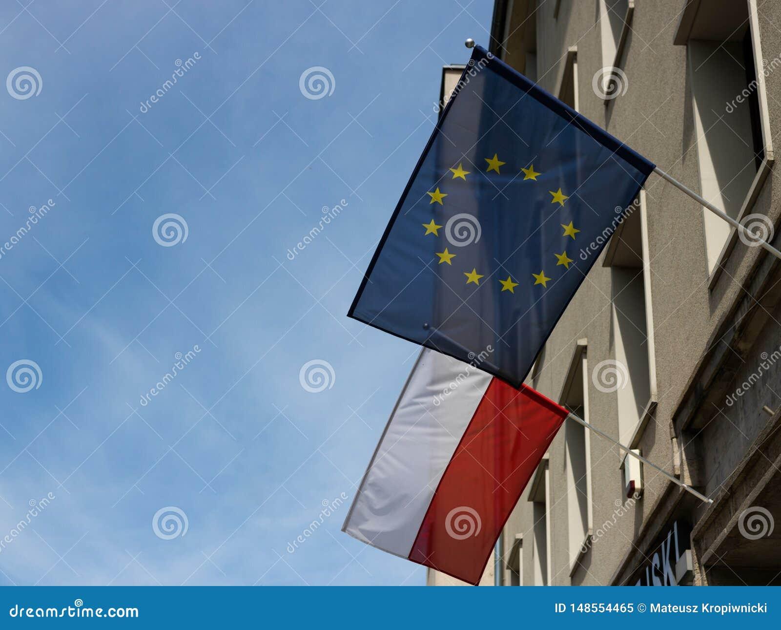 'Aw de WrocÅ, Polônia - 24 de maio de 2019: União Europeia e bandeiras polonesas que tecem nos dias de construção antes da eleiçã