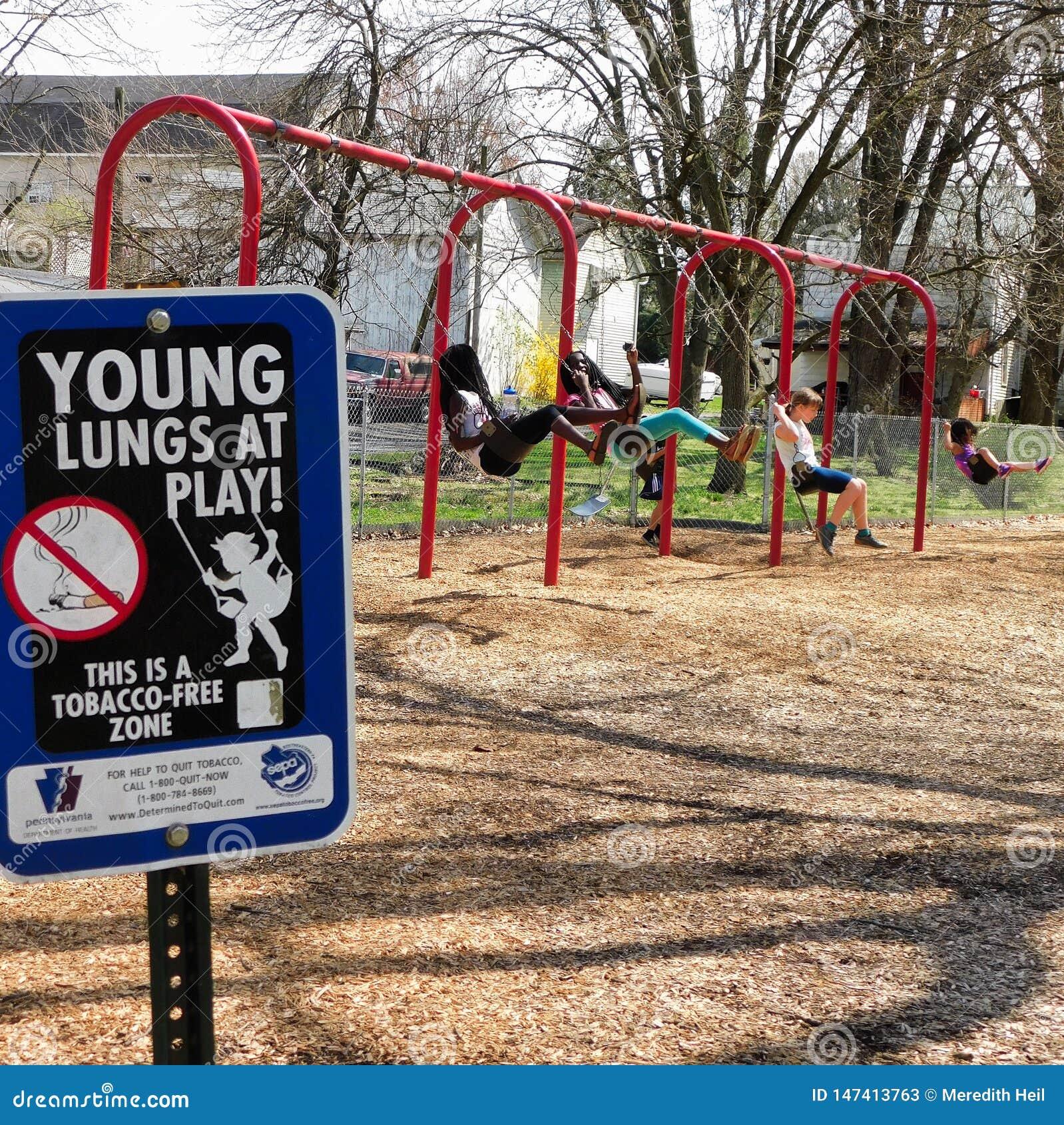 'Junge Lungen am Spiel 'Zeichen auf Spielplatz