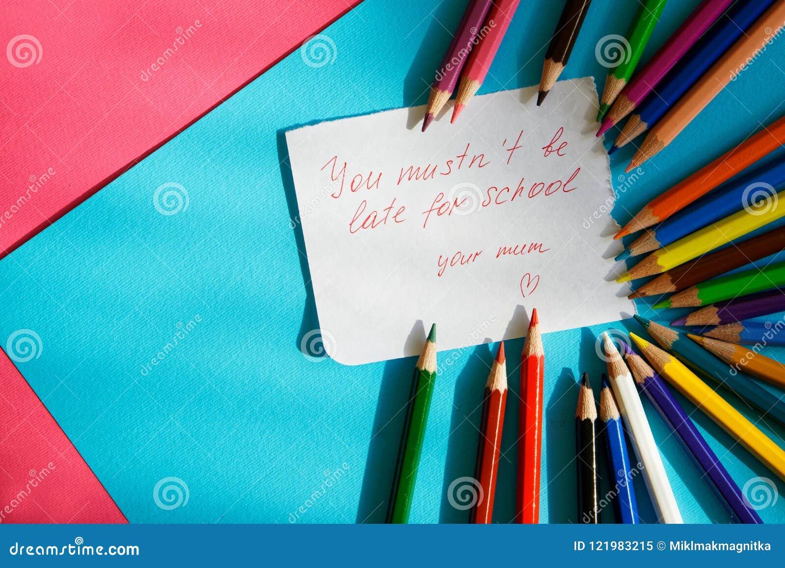 """""""você o ` t do mustn esteja atrasado para o school"""", - nota para uma estudante das mentiras loving de uma mãe ao lado dos lápi"""