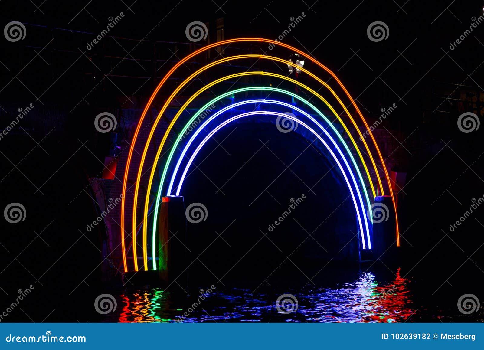 €œBridge iluminado do  de Rainbow†na noite no festival da luz de Amsterdão
