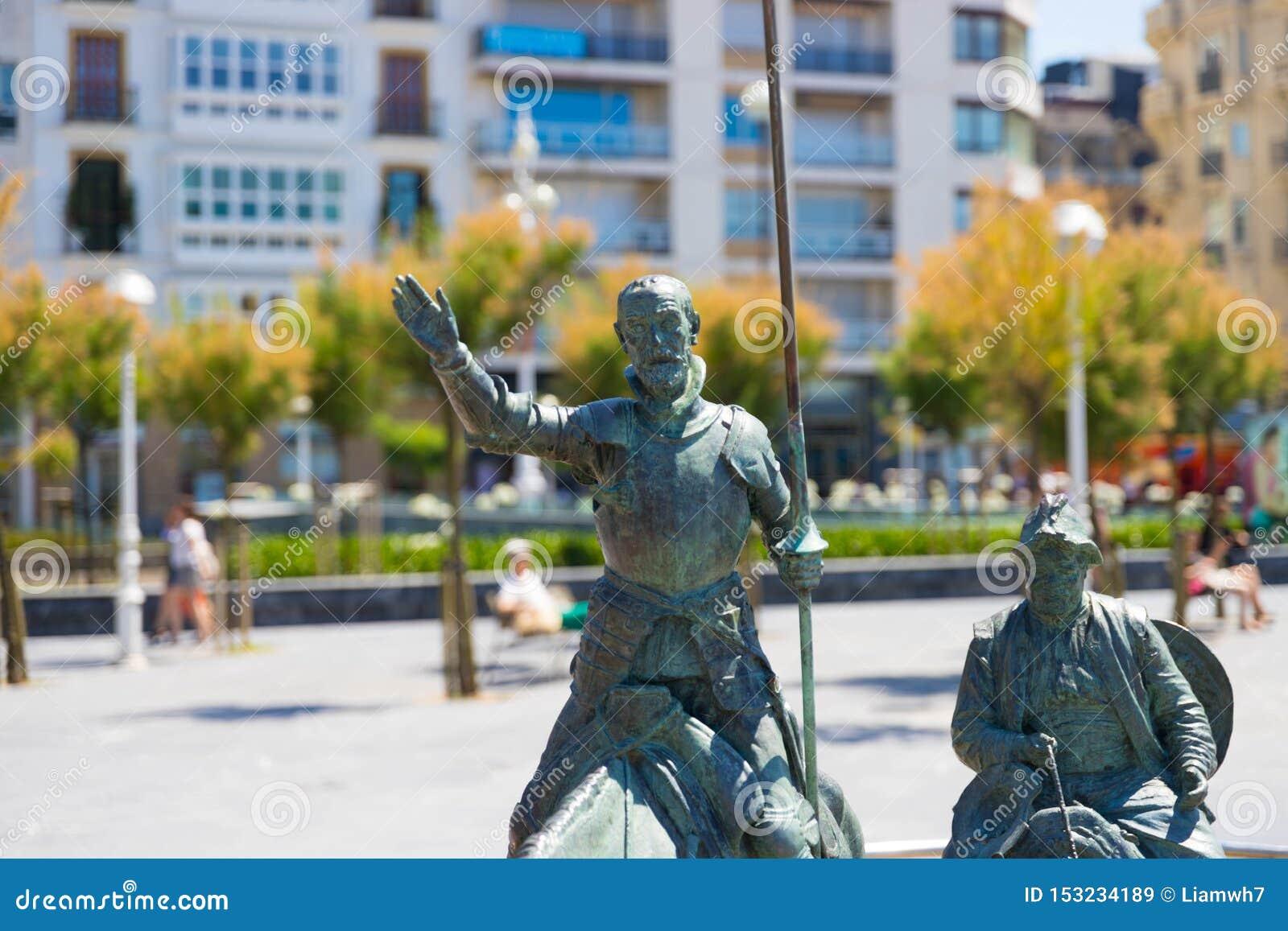 "€ ""10 de San Sebastián/de España 05 2019: Estatua de bronce San Sebastián del Don Quijote"