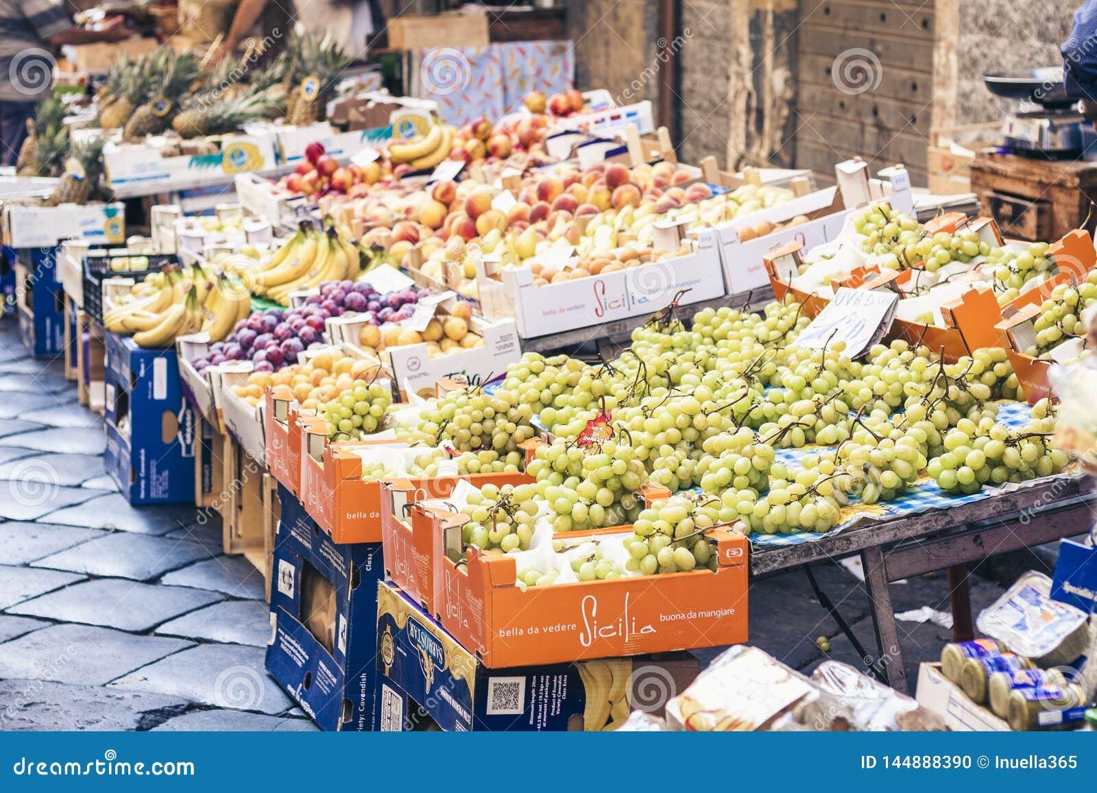 € de Catane, Sicile, Italie «le 11 août 2018 : divers fruits frais colorés sur le marché de fruit