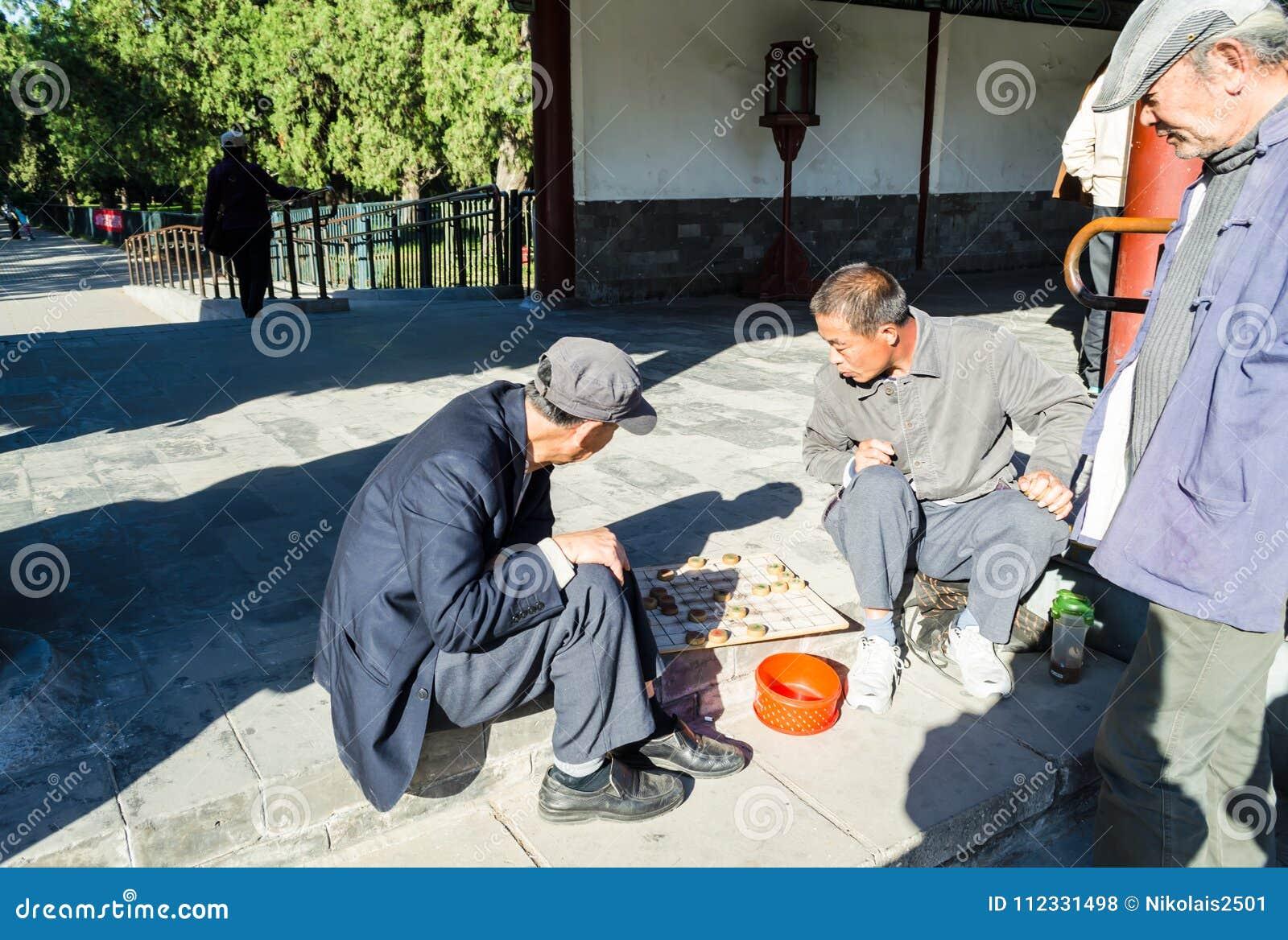 "€ de PEKÍN, CHINA ""15 de octubre de 2013: hombres que juegan a los inspectores Xiangqi - el juego de mesa nacional chino"