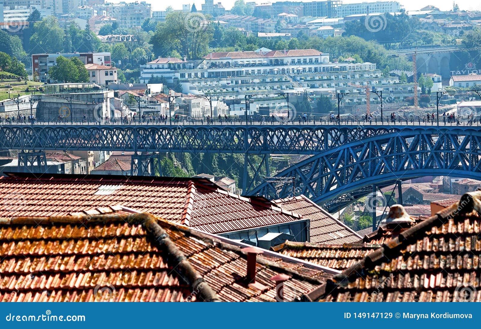 """€ de Porto, Portugal """"2 de maio de 2019: Vista pitoresca de casas velhas coloridas e do metal famoso Luis que eu construo uma po"""
