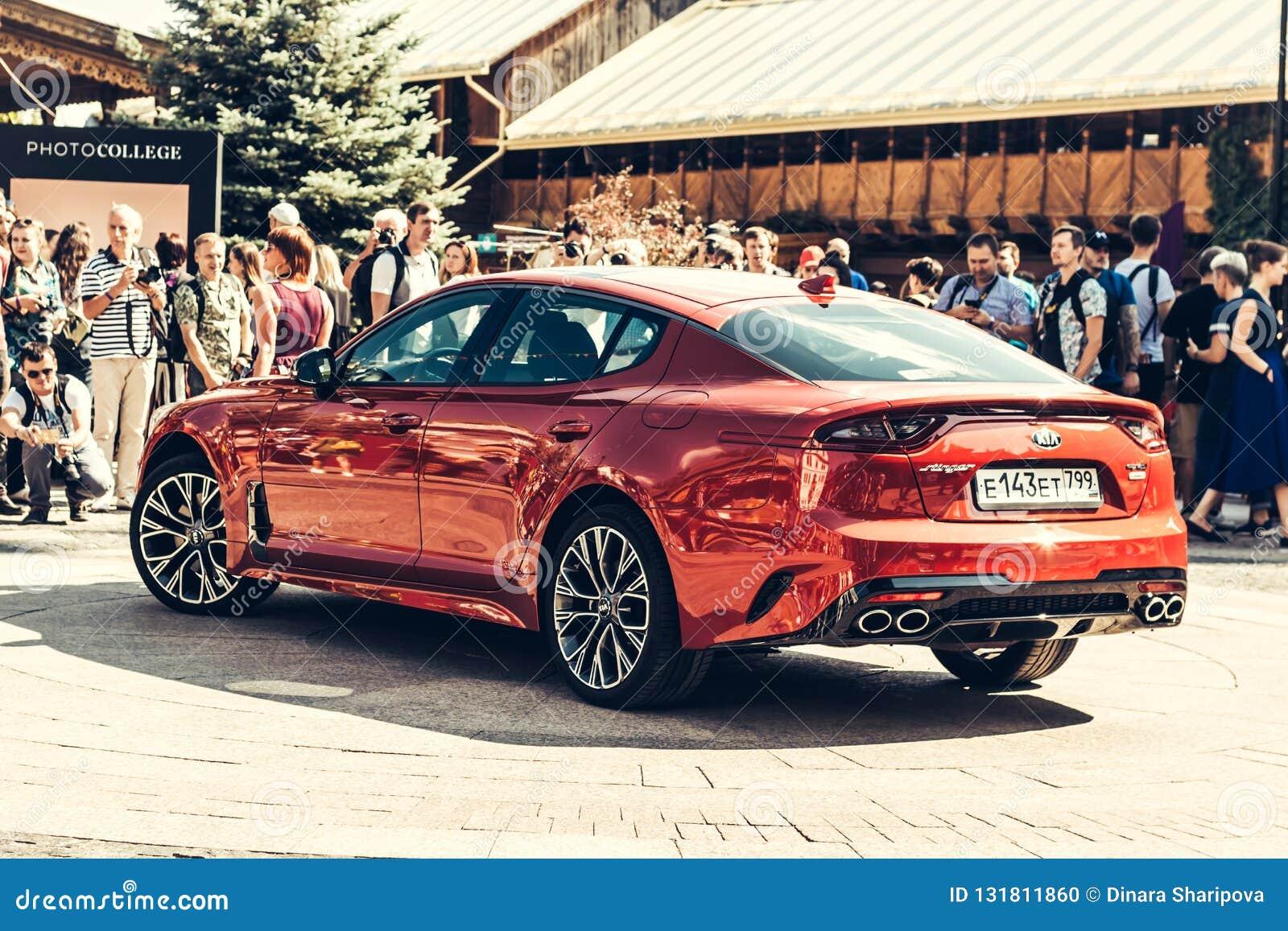 € Russia/di Mosca «08 31 2018: Automobile rossa Kia Stinger con lo showgirl su automobilistico