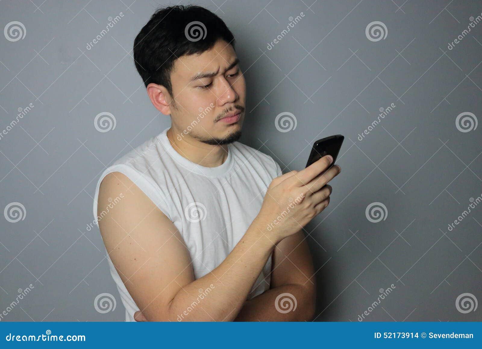 一个人在手机看