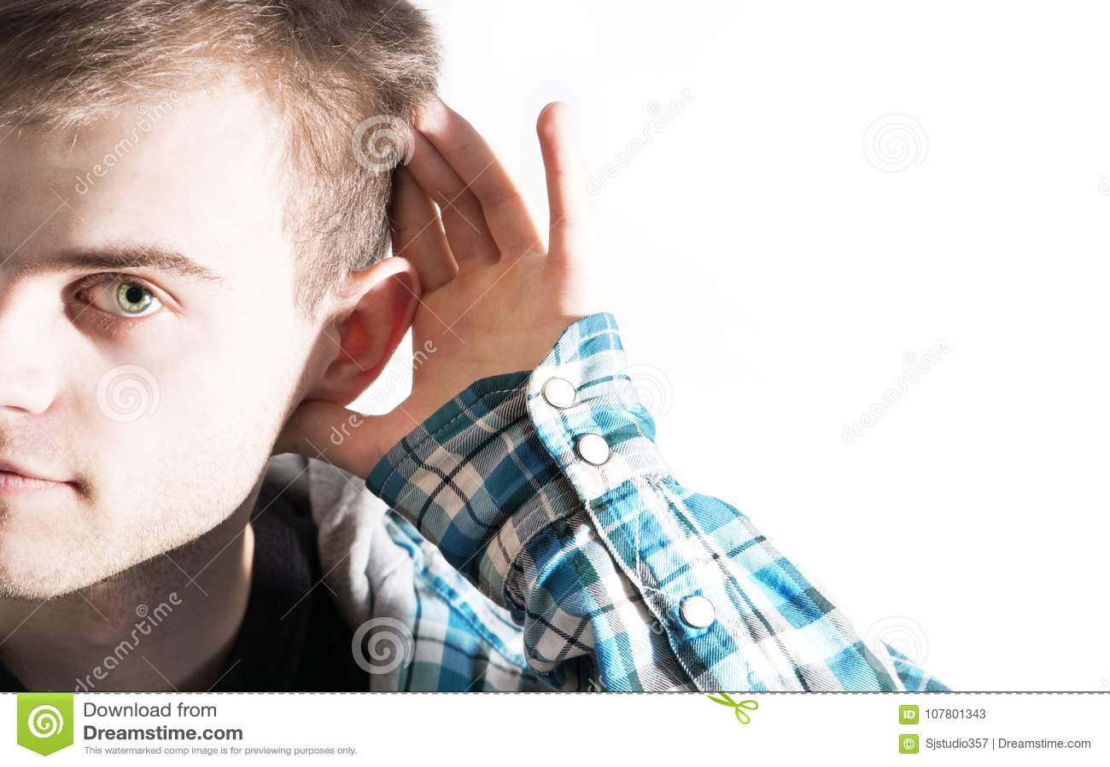 一个人握他的手到设法他的耳朵听见某事,传言