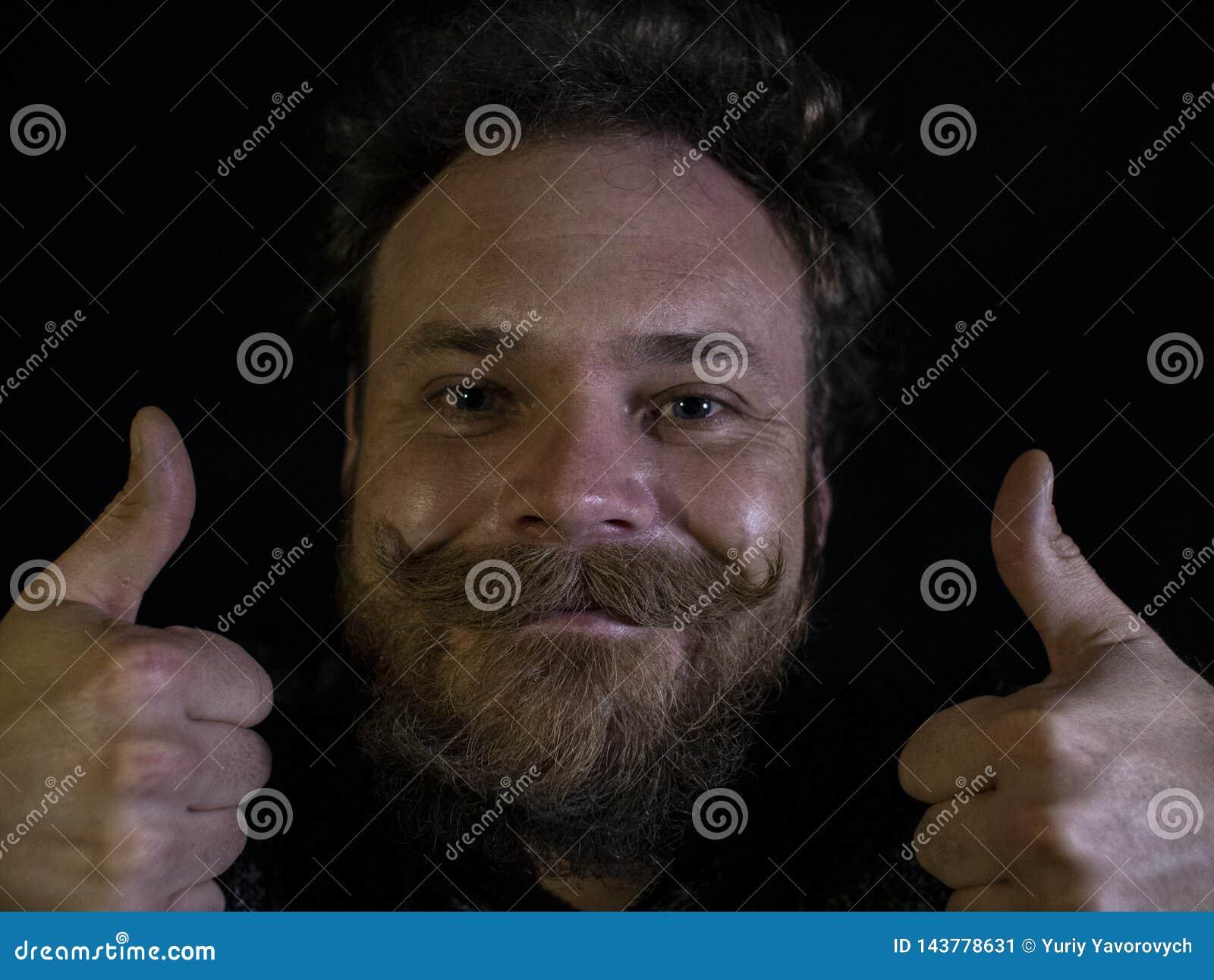 一个人的滑稽的面孔有胡子和髭关闭的和显示赞许