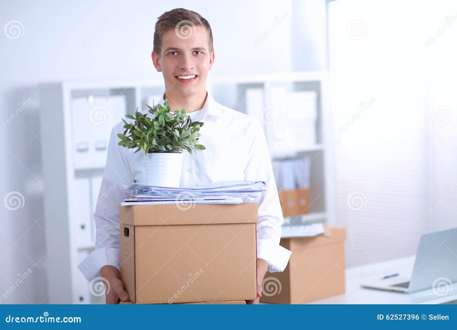 一个人的画象有移动的箱子和其他的