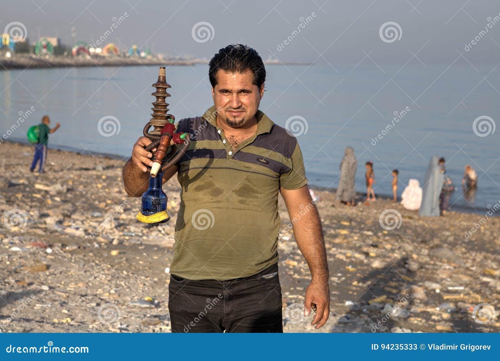 一个伊朗人的画象有水烟筒的在他的手上