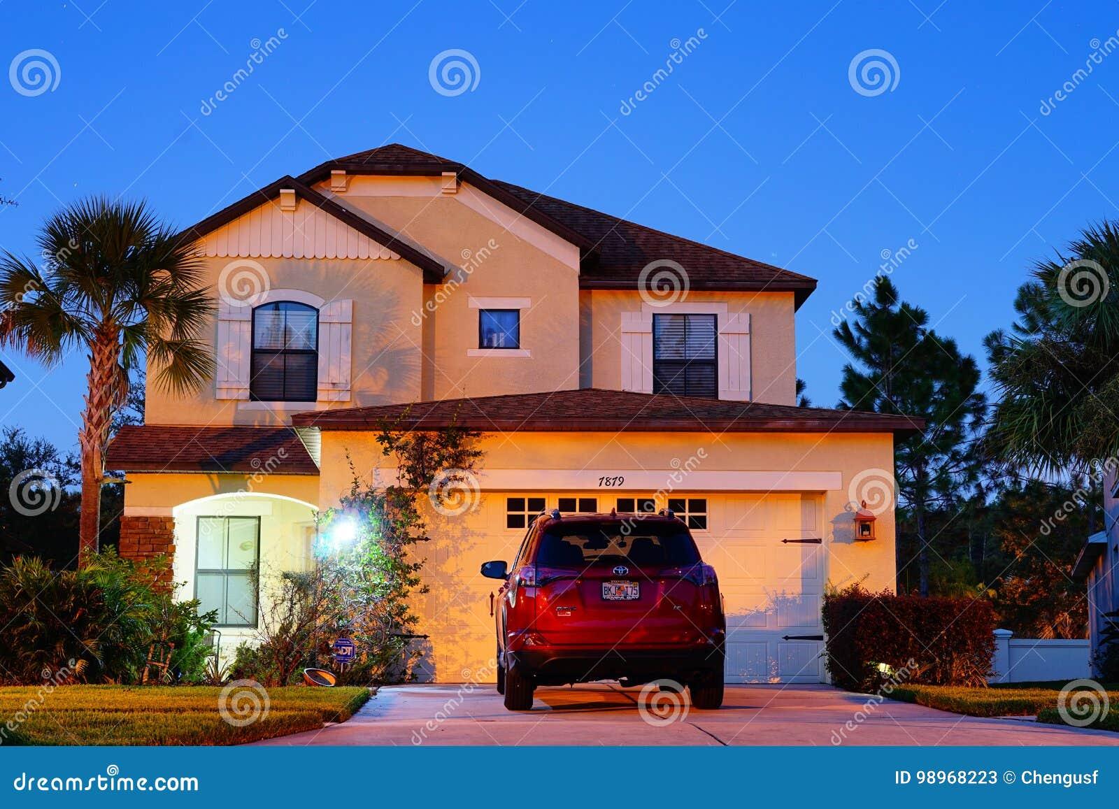 一个典型的房子在佛罗里达在晚上