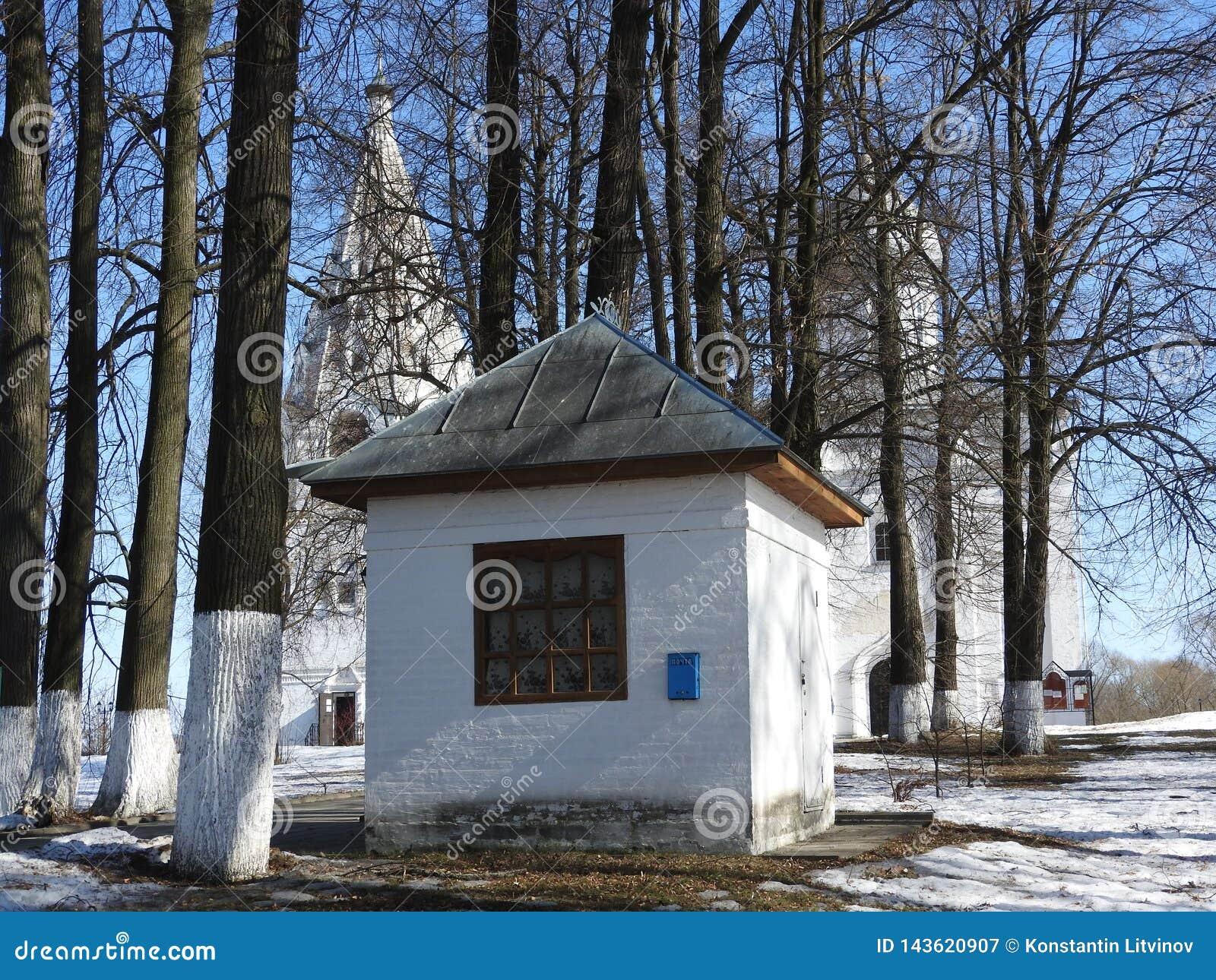 一个剧烈冬天的苛刻的俄国人,没有对腰部的衣裳,从后面,滚动有孩子的一个轻便小床