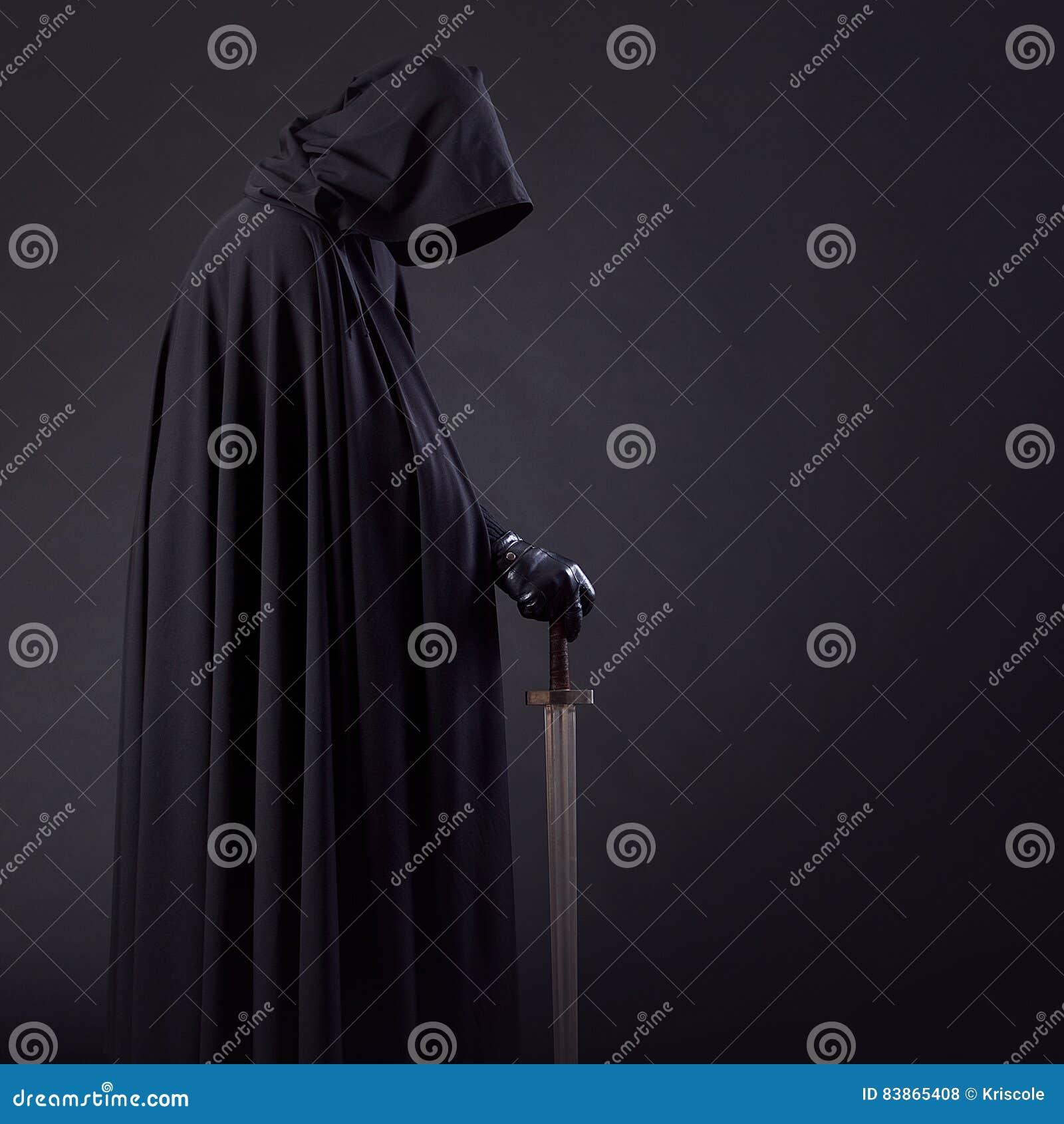 一个勇敢的战士流浪汉的画象一把黑斗篷和剑的在手中