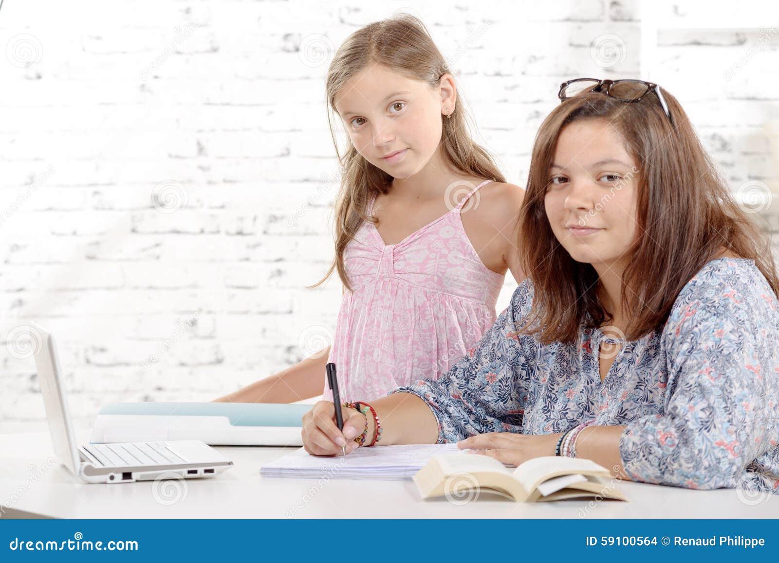 一个十几岁的女孩和她的妹妹