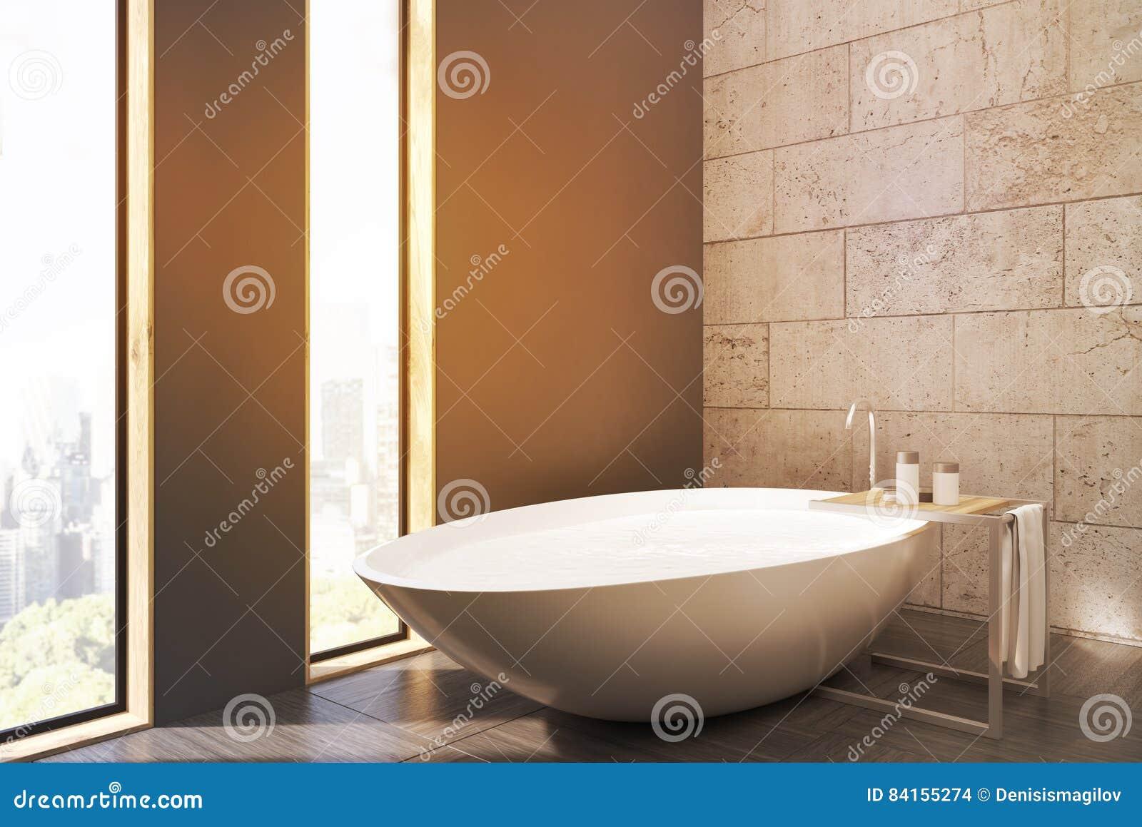 一个卫生间的侧视图有狭窄的窗口、白色木盆、混凝土墙和木地板的