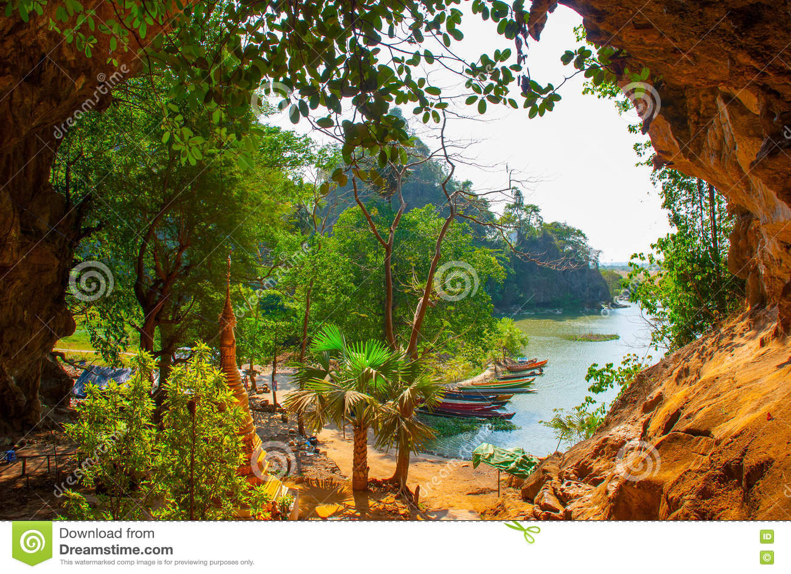 一个古老宗教洞 美好的风景的里面看法与小船的 Hpa-An,缅甸 缅甸