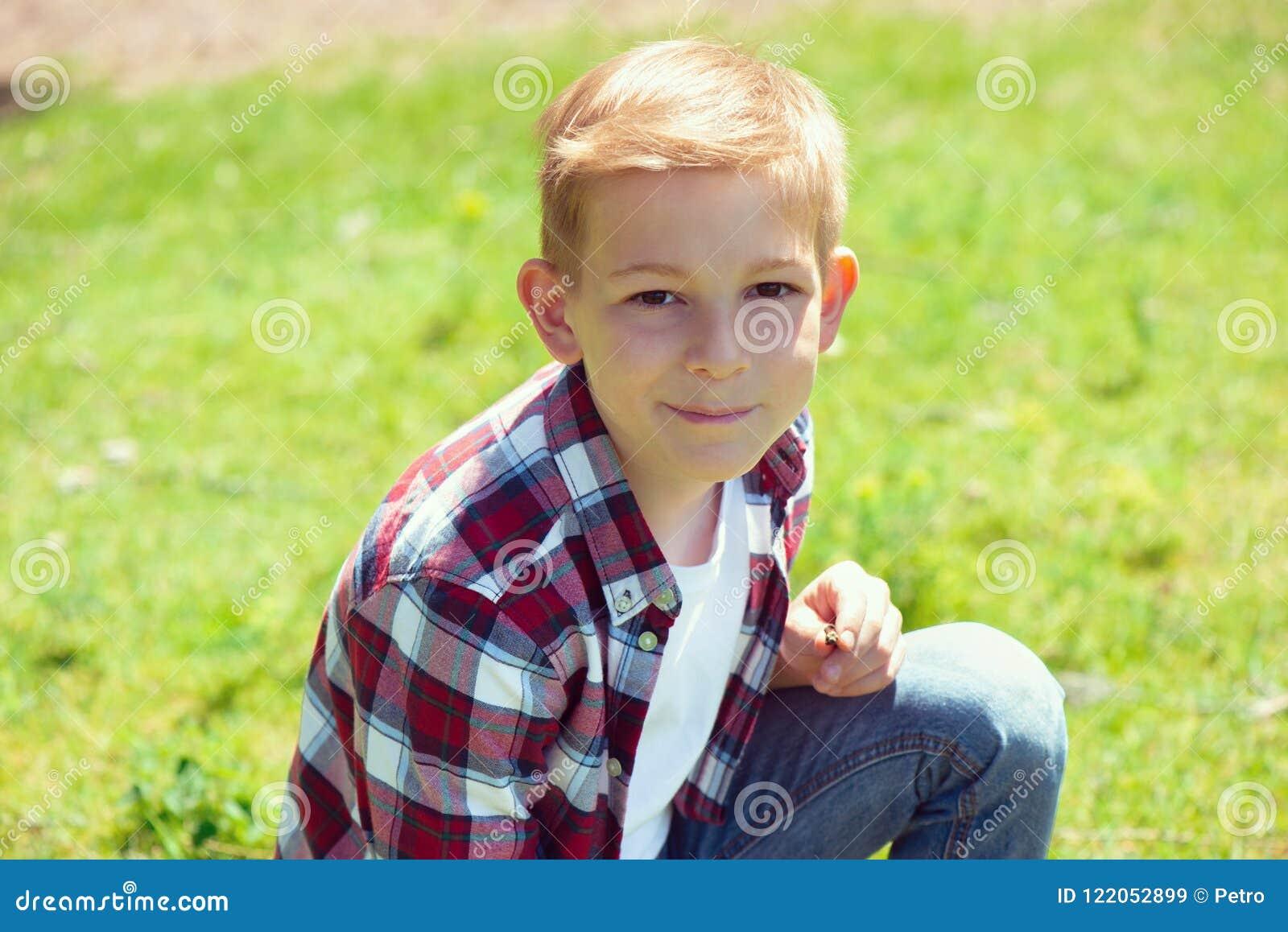 一个可爱的年轻少年的画象校园的