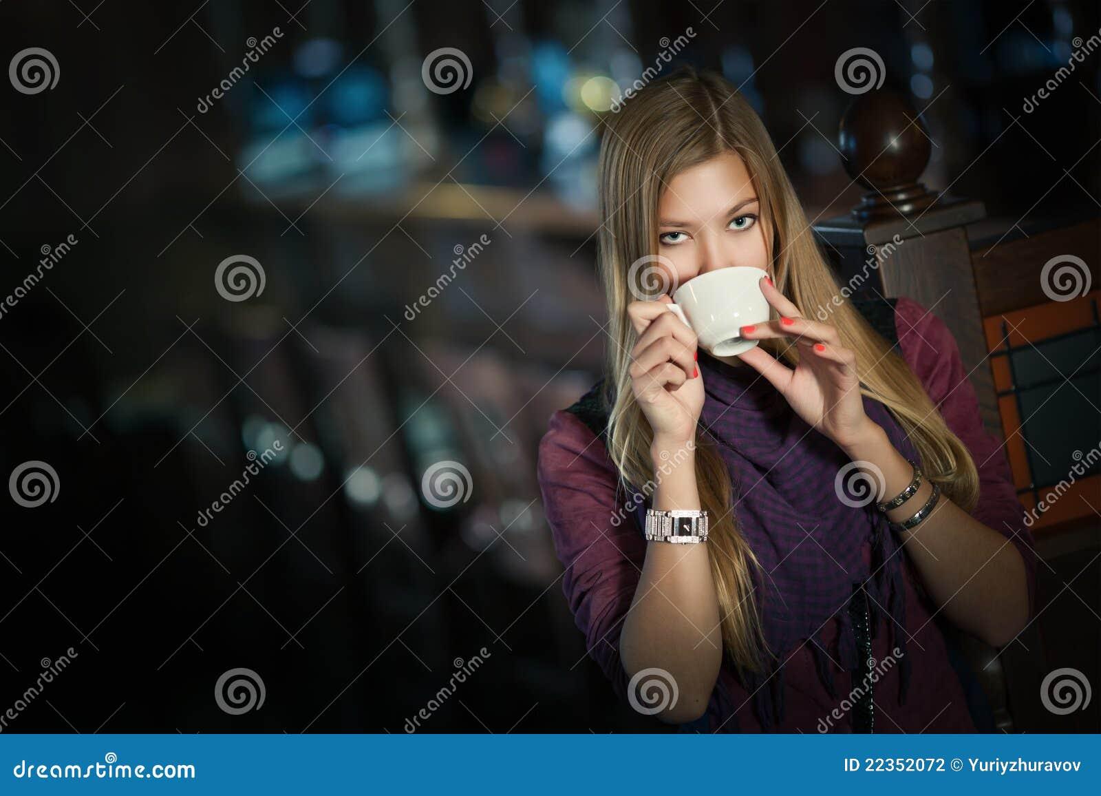 一个咖啡馆的妇女与一杯咖啡