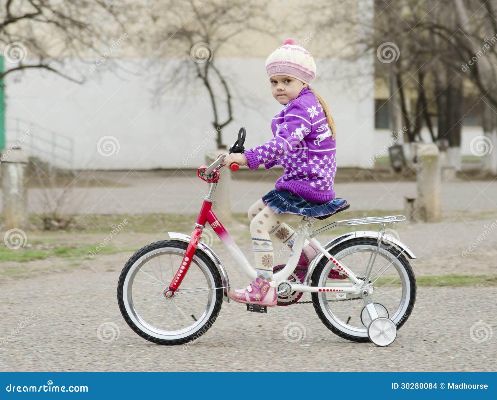 一个四岁的女孩在自行车去