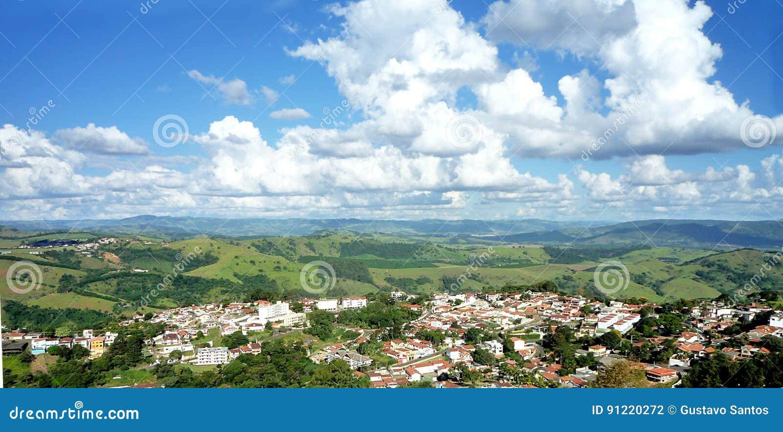 一个城市的大角度看法山的反对与云彩的蓝天