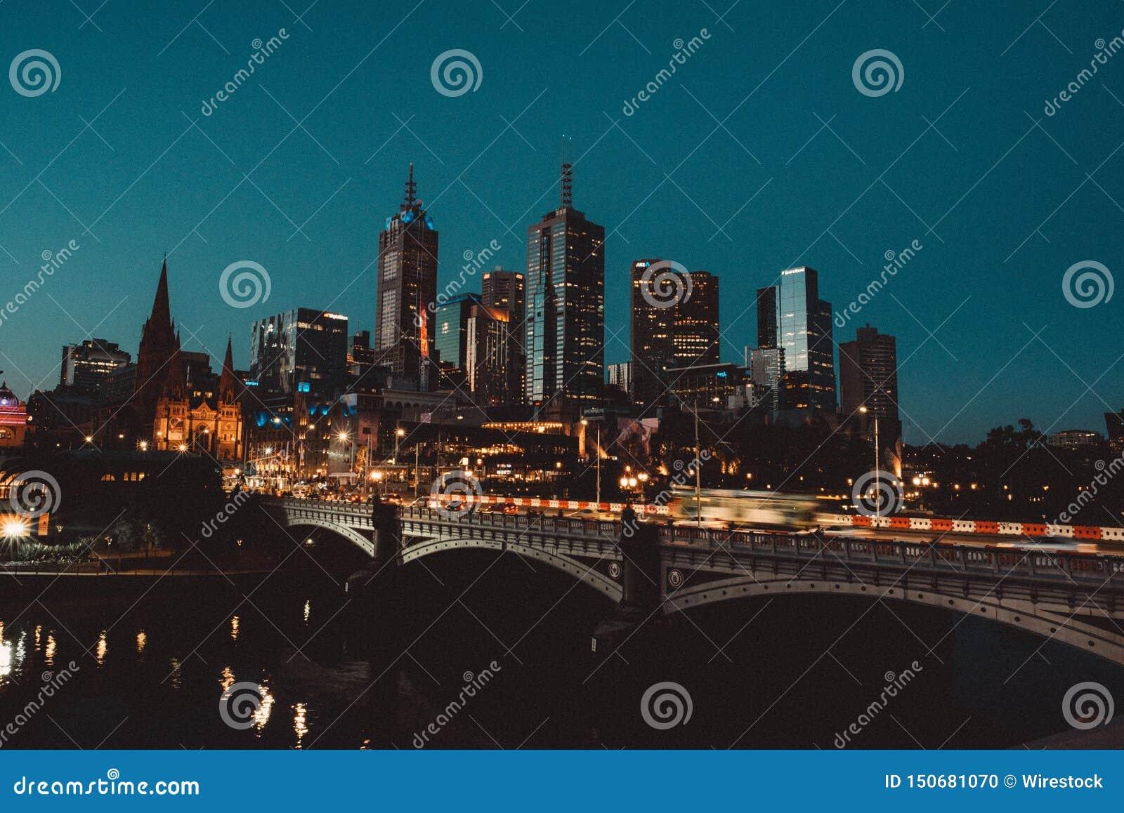 一个城市的美丽的射击在与高摩天大楼和桥梁的晚上